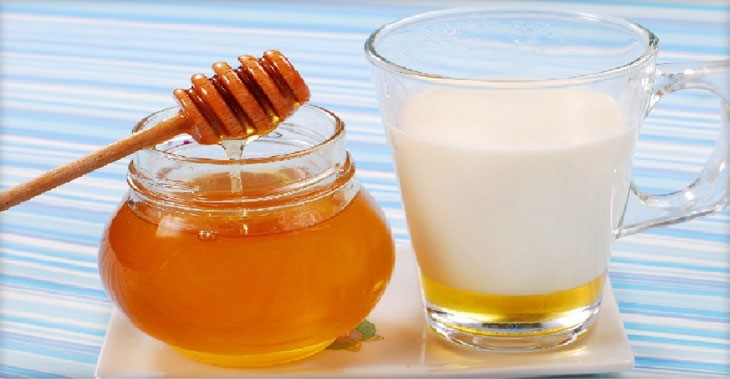 Теплое молоко с медом против ангины