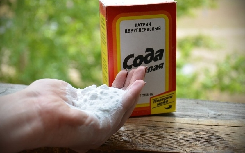 Горсть пищевой соды в руке