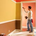 Покраска дверного проема кисточкой