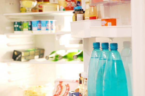 Временами из холодильника начинает исходить неприятный запах