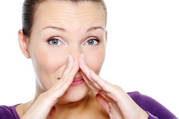Женщина ощущает неприятный запах