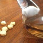 Таблетки яда на столе