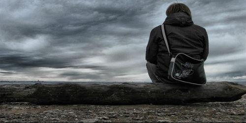Мужчина смотрит в небо при депрессии