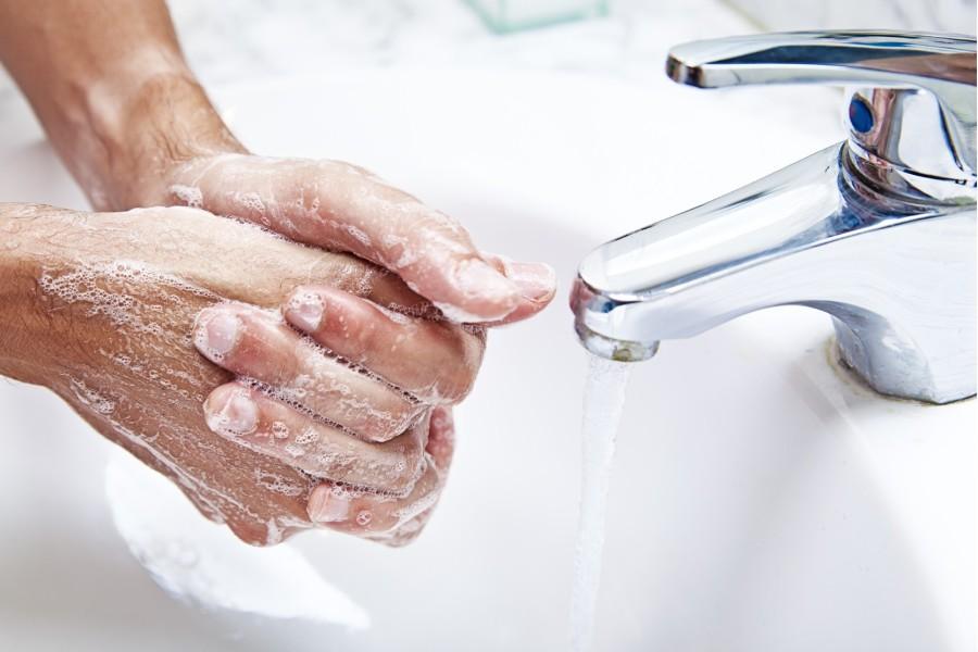 Мытье рук от яда с мылом