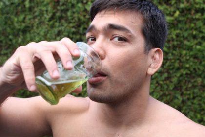 парень пьет мочу