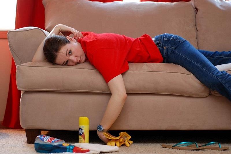 Очистка дивана от неприятного запаха