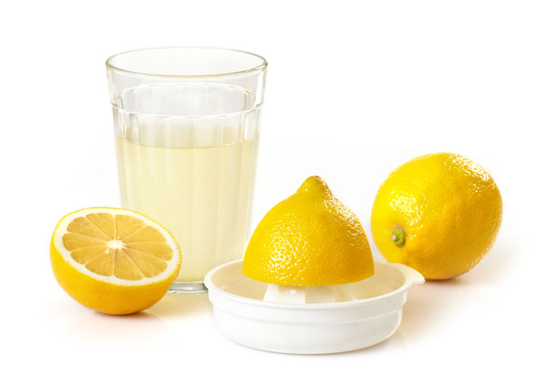 Лимон и лимонный сок в стакане