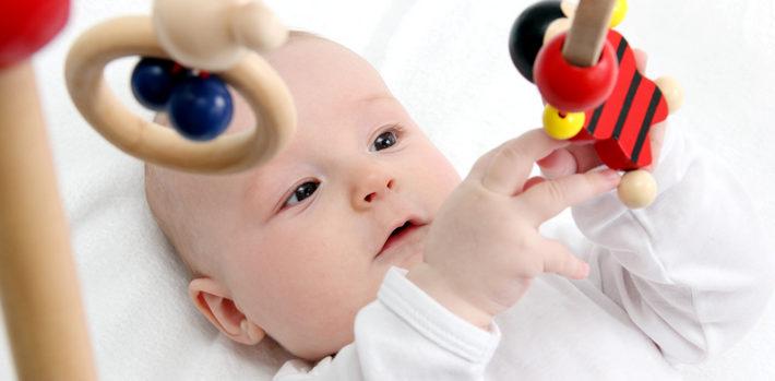 Почему новорожденный во время сна закатывает глаза вверх?