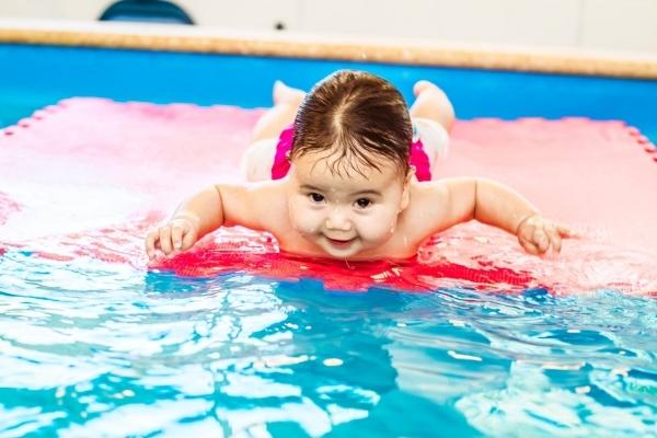 Грудничковое плавание: что это, польза и возможности
