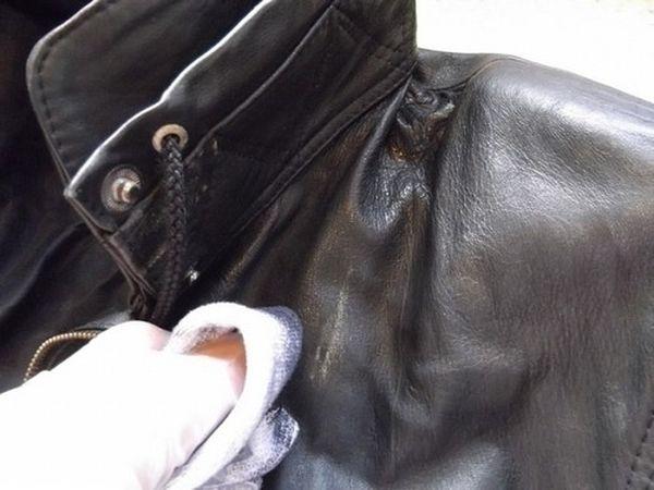 Устранить запах с искусственной кожи можно нашатырем и мылом