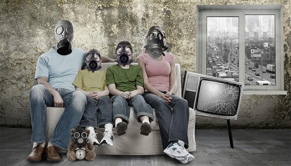 Семья в противогазах из-за наличия токсичных материалов в доме