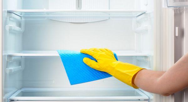 После мытья холодильника нужно поставить на полку емкость с содой