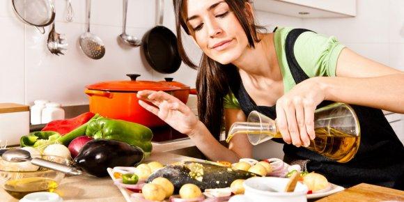 Женщина выбирает продукты для похудения