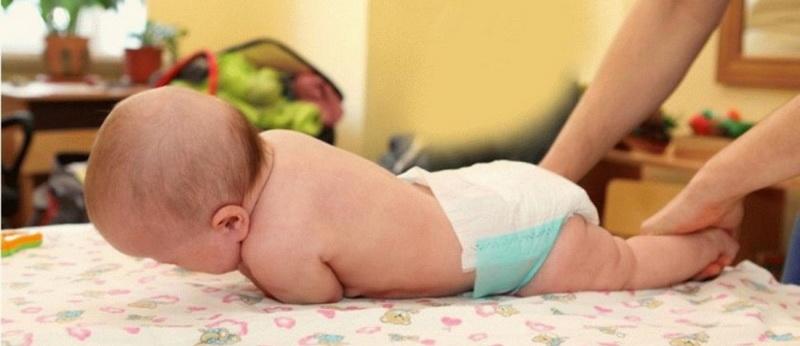 Как помочь малышу во время коликов