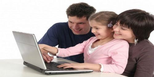 Родители сидят с дочкой за компьютером