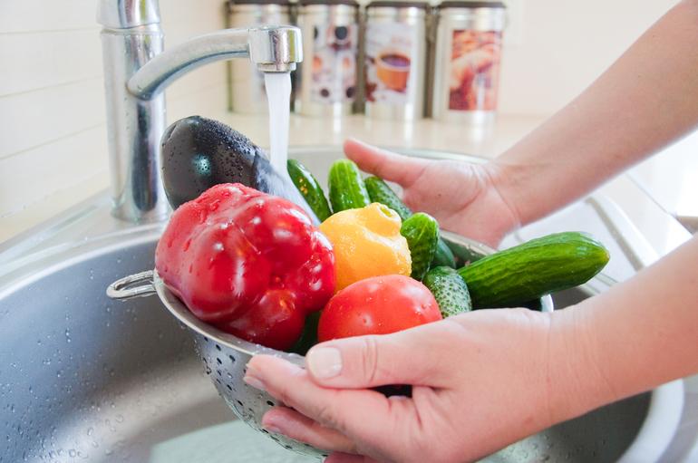 Овощи и фрукты необходимо тщательно мыть