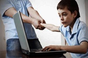Взрослый мешает ребенку играть на компьютере