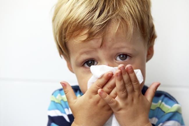 Ребенок дышит через платок