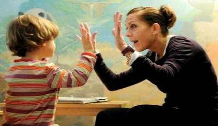 Женщина играет с мальчиком
