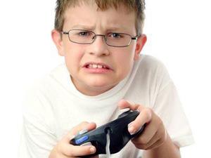Мальчик играет в видеоигру