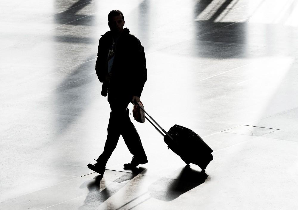Фото пассажир с чемоданом