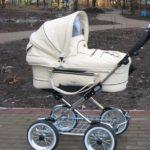 Белая детская коляска