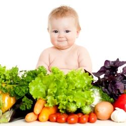 Ребенок сидит в окружении фруктов