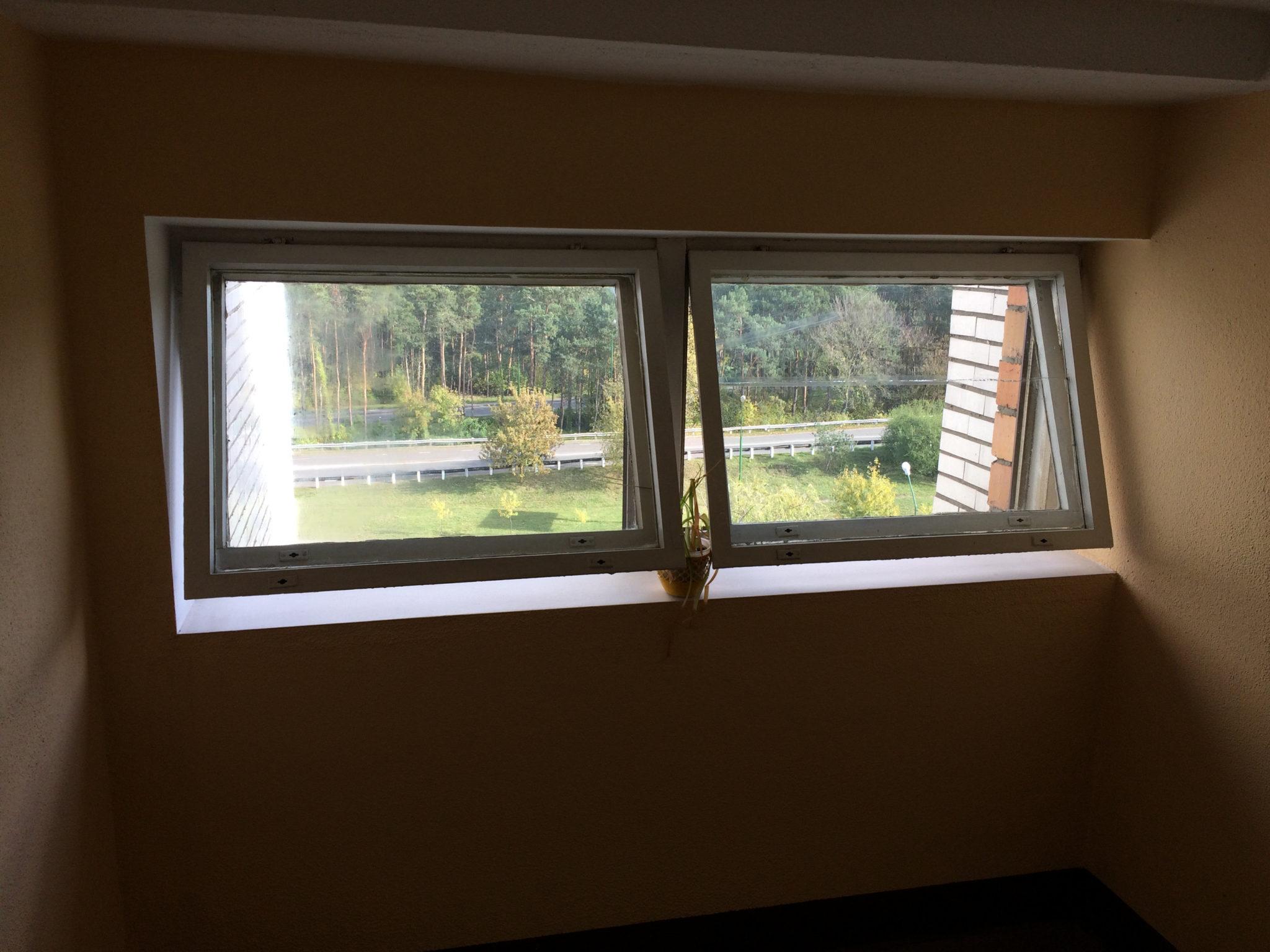 Открытые окна для проветривания - устранение лишней влажности