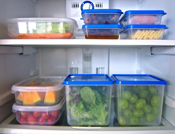 Пищевые контейнеры в холодильнике