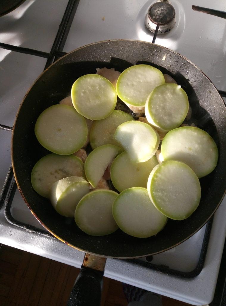 Запеканка с курицей и кабачками в сковородке