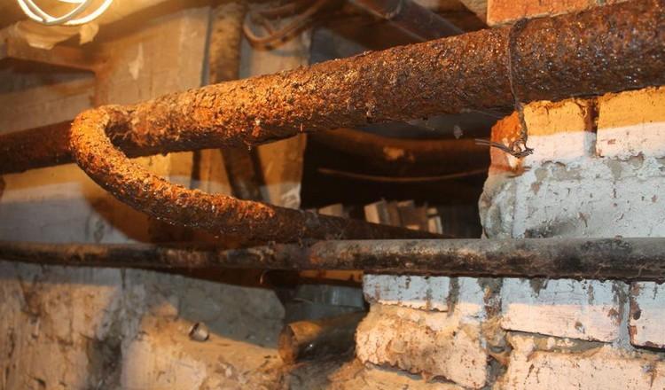 Неприятный запах воды из-за старых и ржавых труб