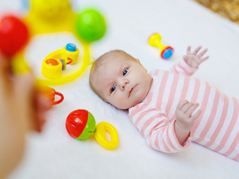 Когда новорожденный начинает видеть?