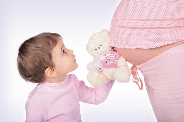 беременная женщина с ребенком