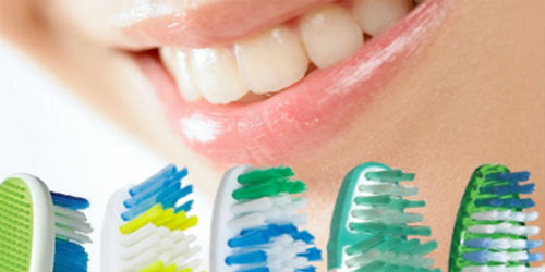 Зубные щетки на фоне ротовой полости