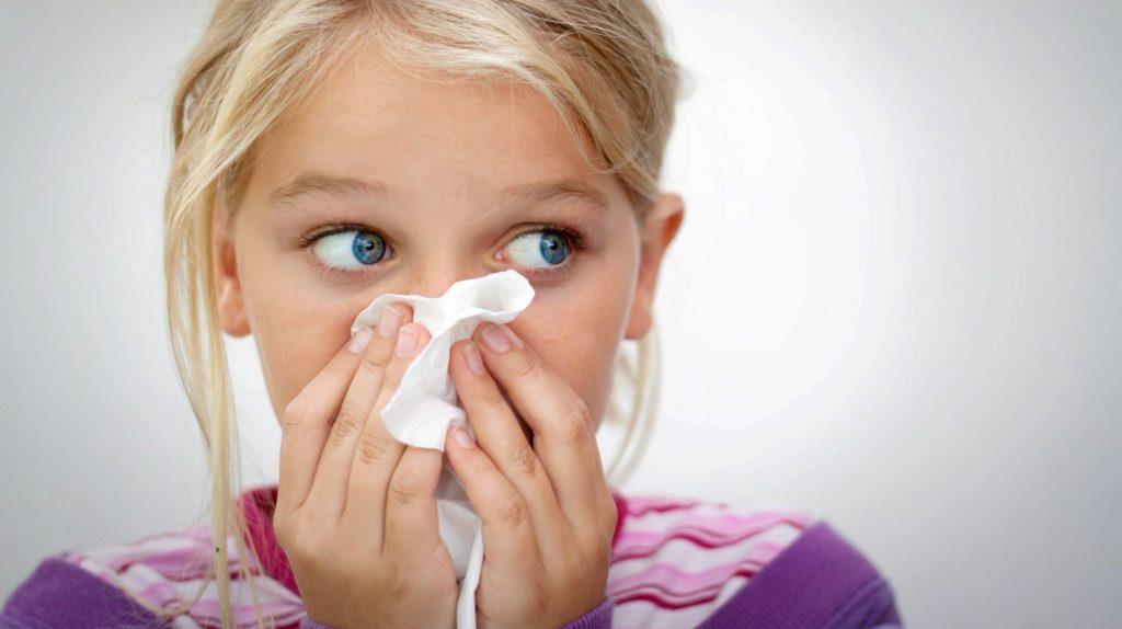 У ребенка сильный насморк, причины и лечение.