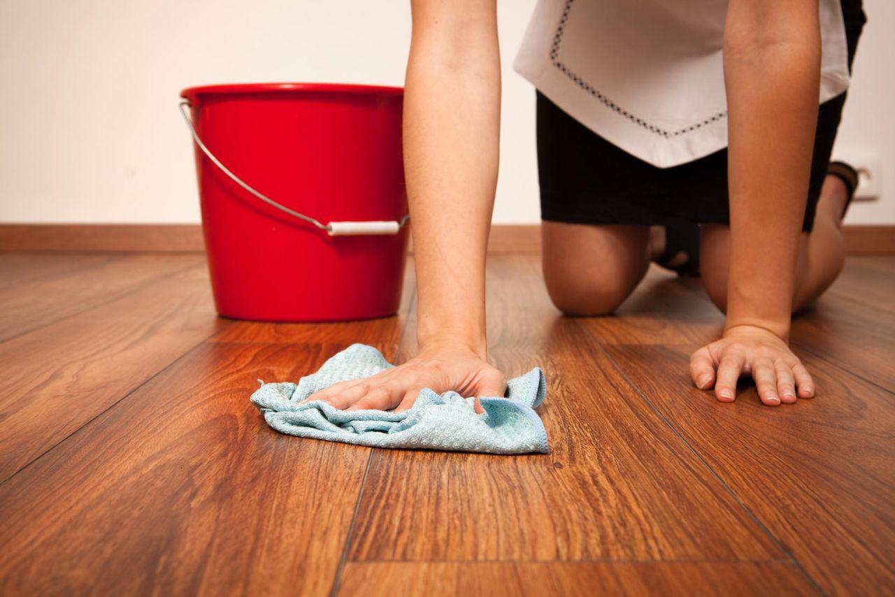 Мытье полов в доме против запахов